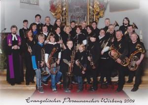 Bild mit allen Bläserinnne und Bläsern, sowie ein paar Gästen